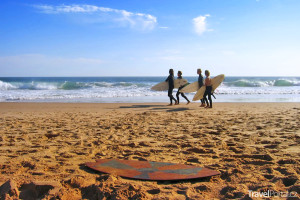 surfaři na pobřeží jižního Walesu