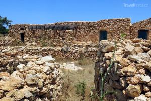 starobylé kamenné domy na ostrově Lampedusa