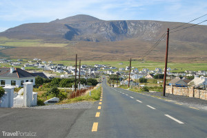 městečko Dooagh a hora Croaghaun v pozadí