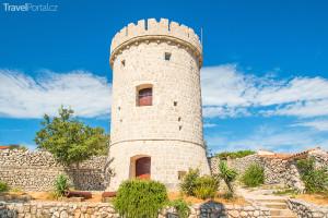 stará obranná věž ve městě Cres