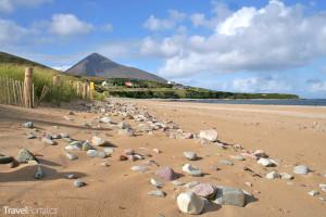 pláž, duny a hora Slievemore