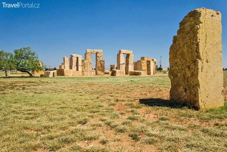 Součástí seznamu Clonehenge je i Stonehenge II. v Texasu.