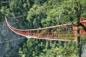 Mezi švýcarské visuté mosty se řadí také Niouc.