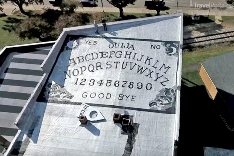 tabulka Ouija na střeše hotelu Grand Midway