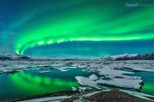polární záře nad ledovcovou lagunou Jökulsárlón na Islandu