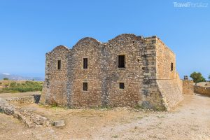 kromě majestátní pevnosti lze v Apteře obdivovat také klášter, amfiteátr a další pamětihodnosti