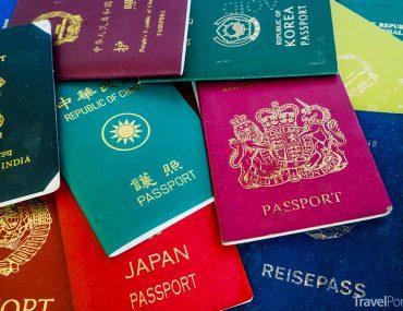 barva cestovního pasu často není náhodná