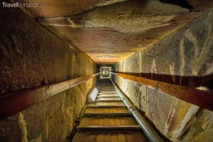 tunel uvnitř pyramidy