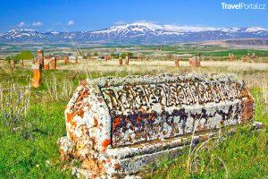 hroby na slavném hřbitově Ahlat u jezera Van
