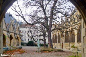 kostnice v malé zahradě vedle kostela Saint-Séverin