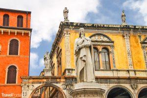 socha Danteho Alighieriho na náměstí Piazza della Signoria