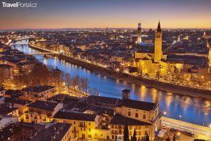 večerní Verona s výhledem na kostel. sv. Anastázie a věž Lamberti