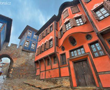 brána Hisar Kapia a okolní domy