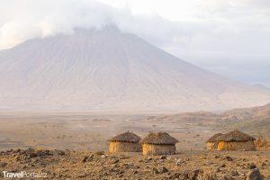 Masajská vesnice poblíž vulkánu Ol Doinyo Lengai