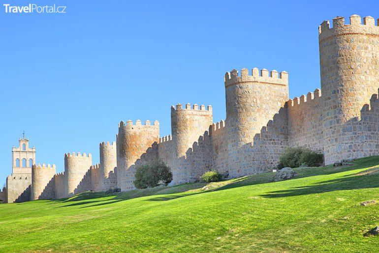 románské hradby ve městě Ávila