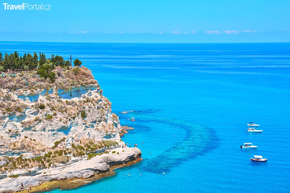 Tyrhénské moře u výběžku Capo Vaticano