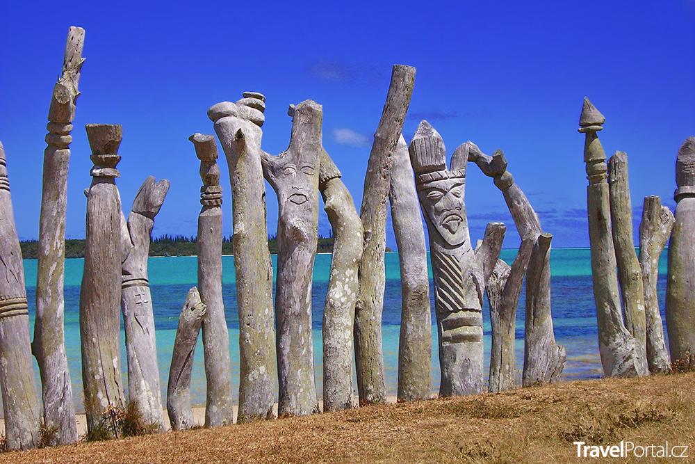 dřevěné sochy na ostrově Île des Pins