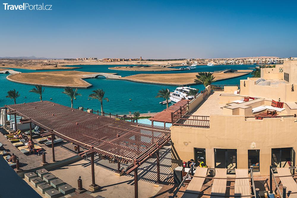 jeden z hotelů v Port Ghalibu