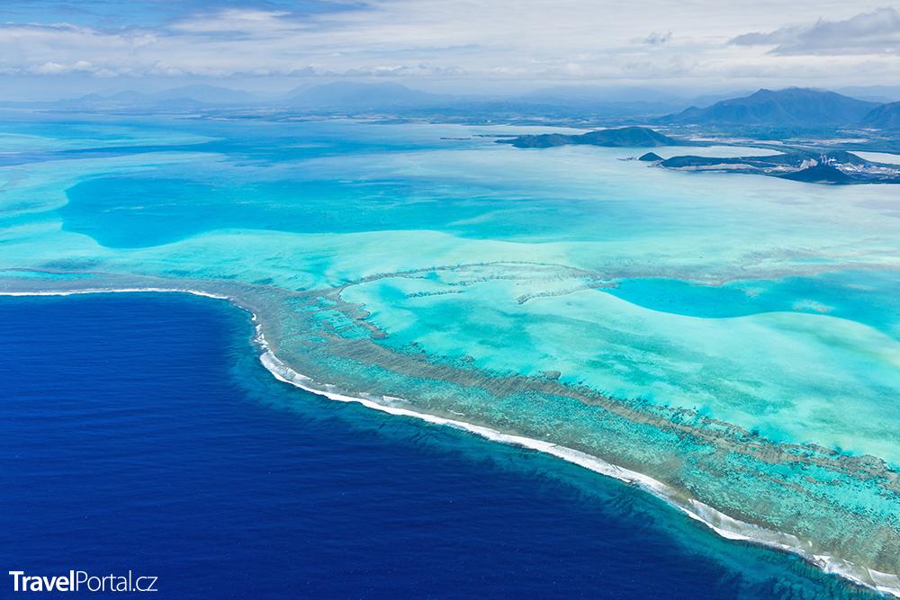laguna ohraničená korálovým útesem