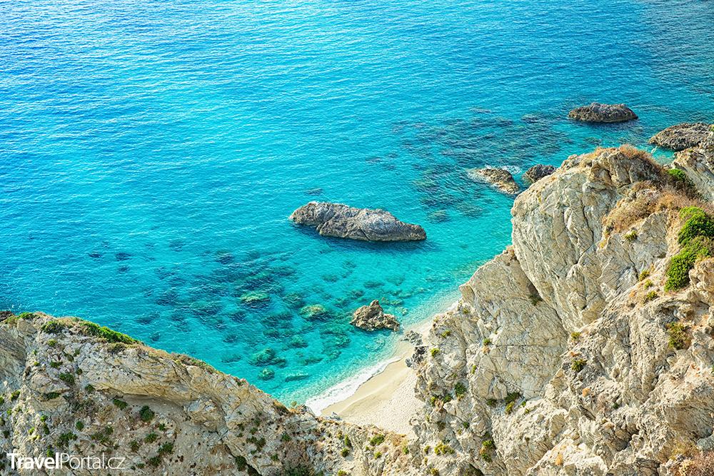 tyrhénské pobřeží poblíž letoviska Capo Vaticano