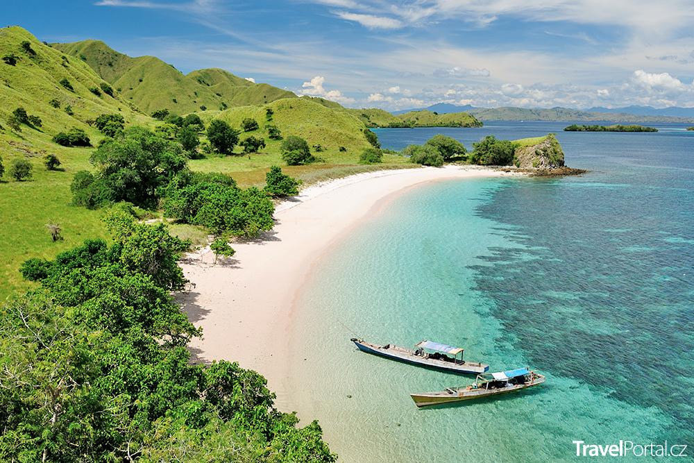 pláž s růžovým pískem na ostrově Komodo