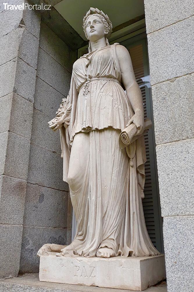 socha zdobící průčelí