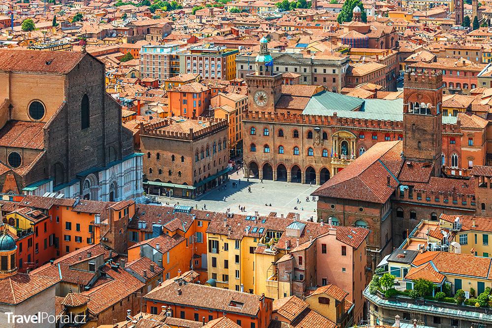 Piazza Maggiore ve městě Bologna