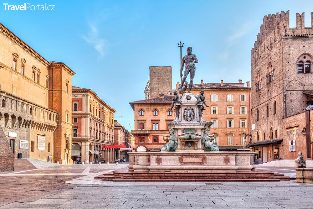 Piazza del Nettuno ve městě Bologna