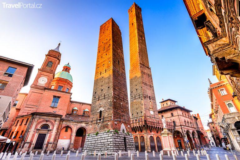 věže Asinelli a Garisenda ve městě Bologna