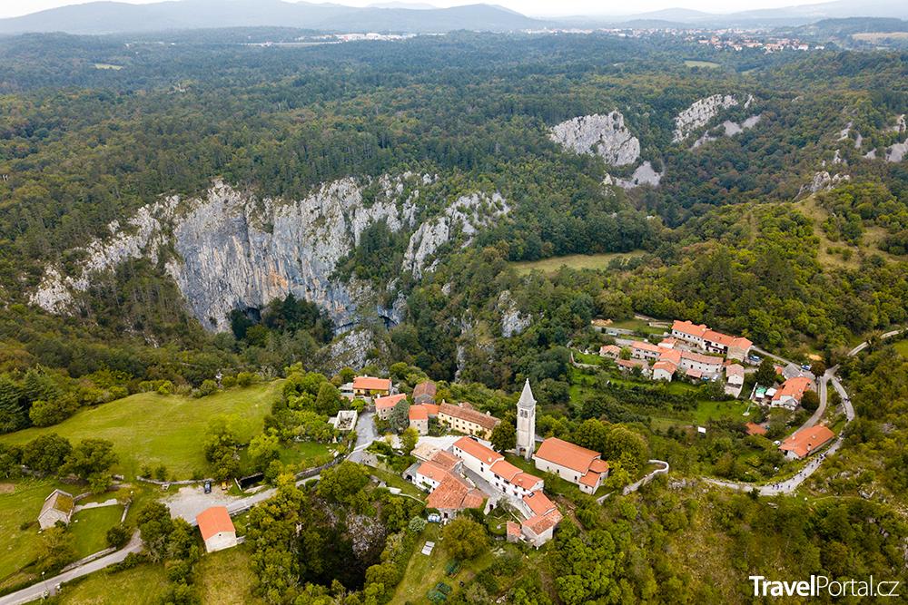 Kostel sv. Kancijana a Škocjanské jeskyně