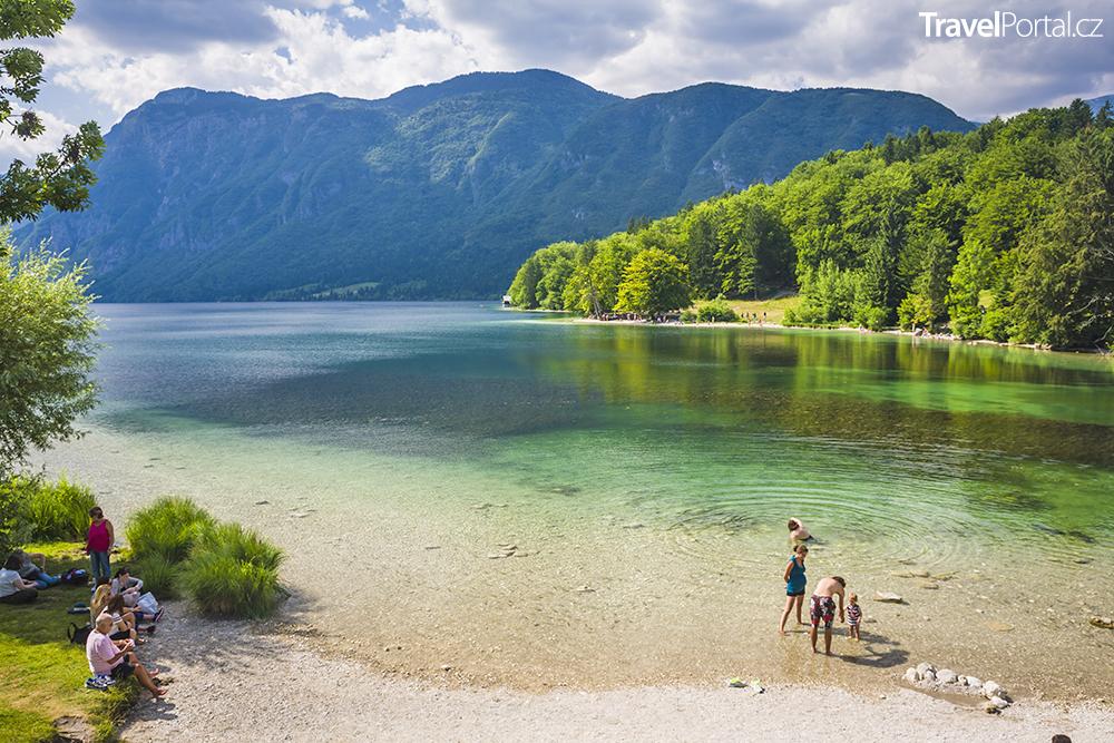 jezero Bohinj v Julských Alpách