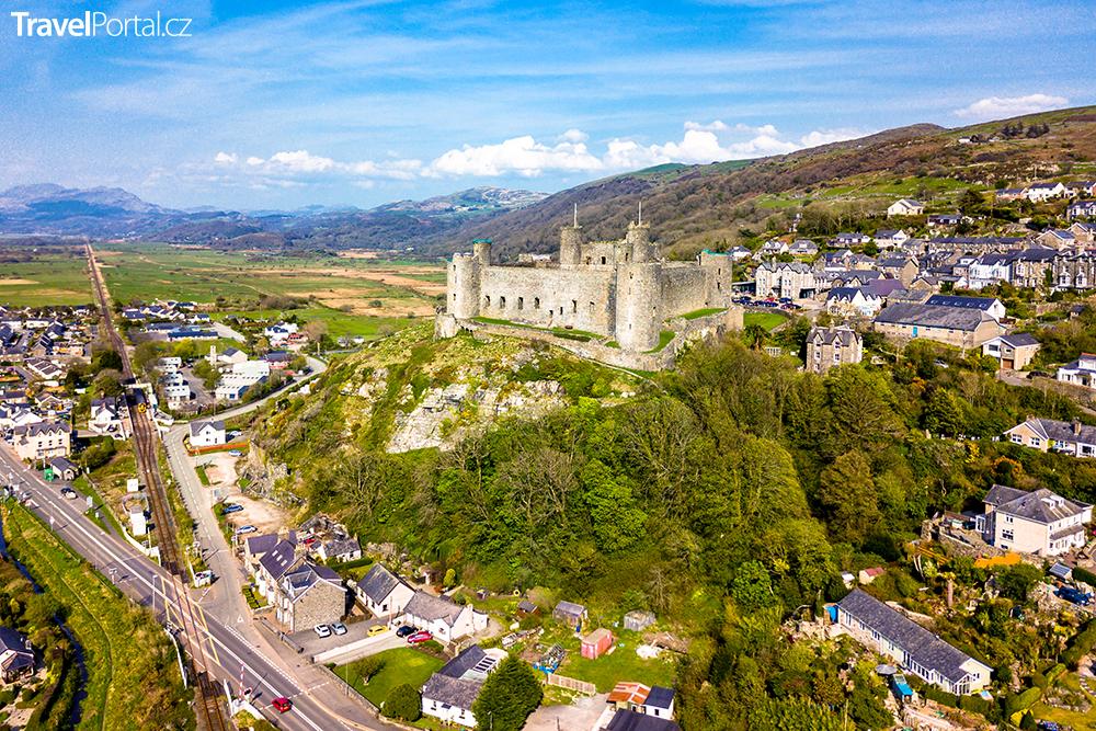město Harlech s hradem a ulicí Ffordd Pen Llech