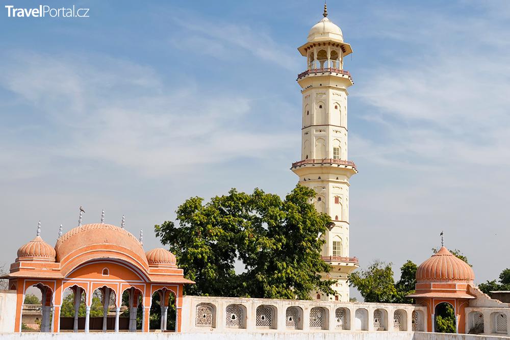 minaret ve městě Jaipur