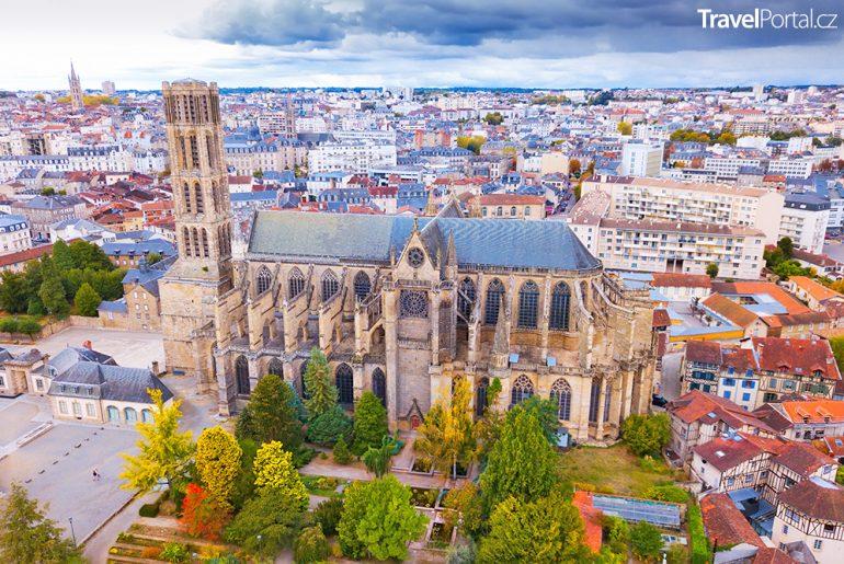 pohled na město Limoges a jeho slavnou gotickou katedrálu
