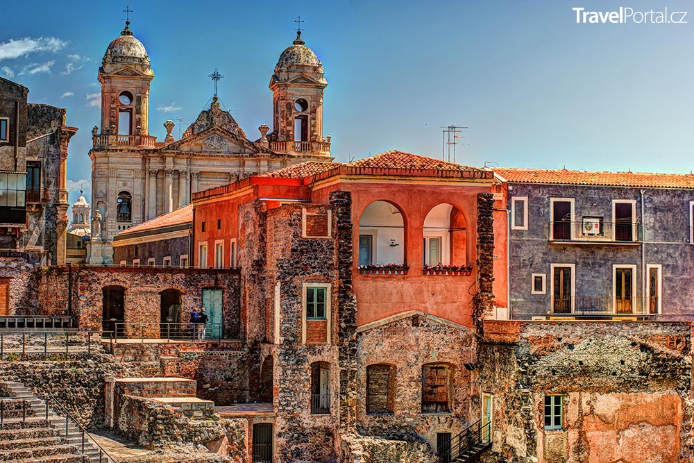 starověké římské divadlo v Catanii, postavené z vápence a černé lávy