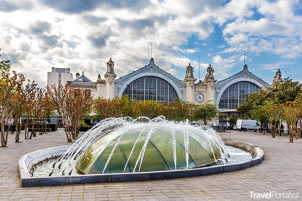 fontána před vlakovým nádražím v Tours