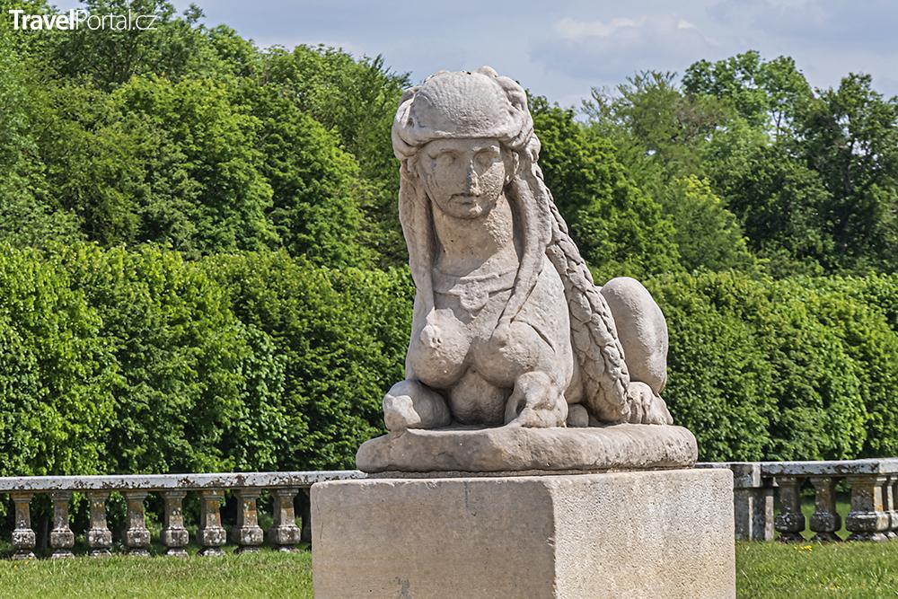 socha v zámeckém parku