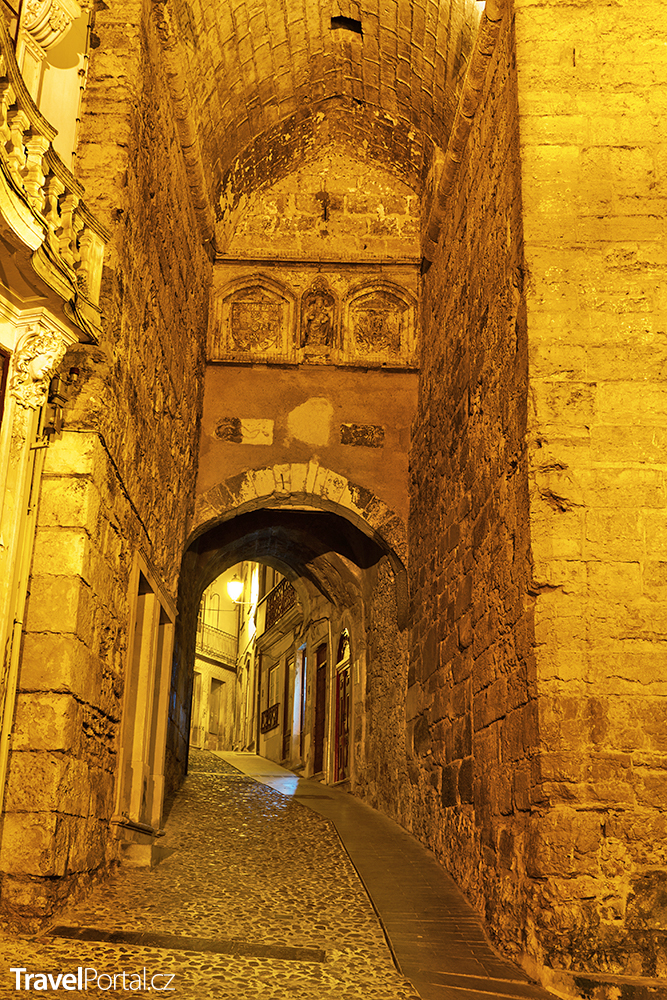 Arco de Almedina ve městě Coimbra
