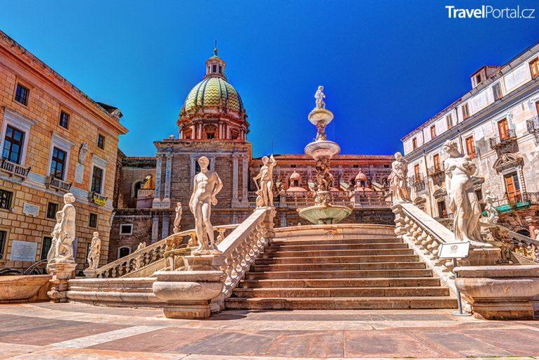kašna na barokním náměstí Piazza Pretoria