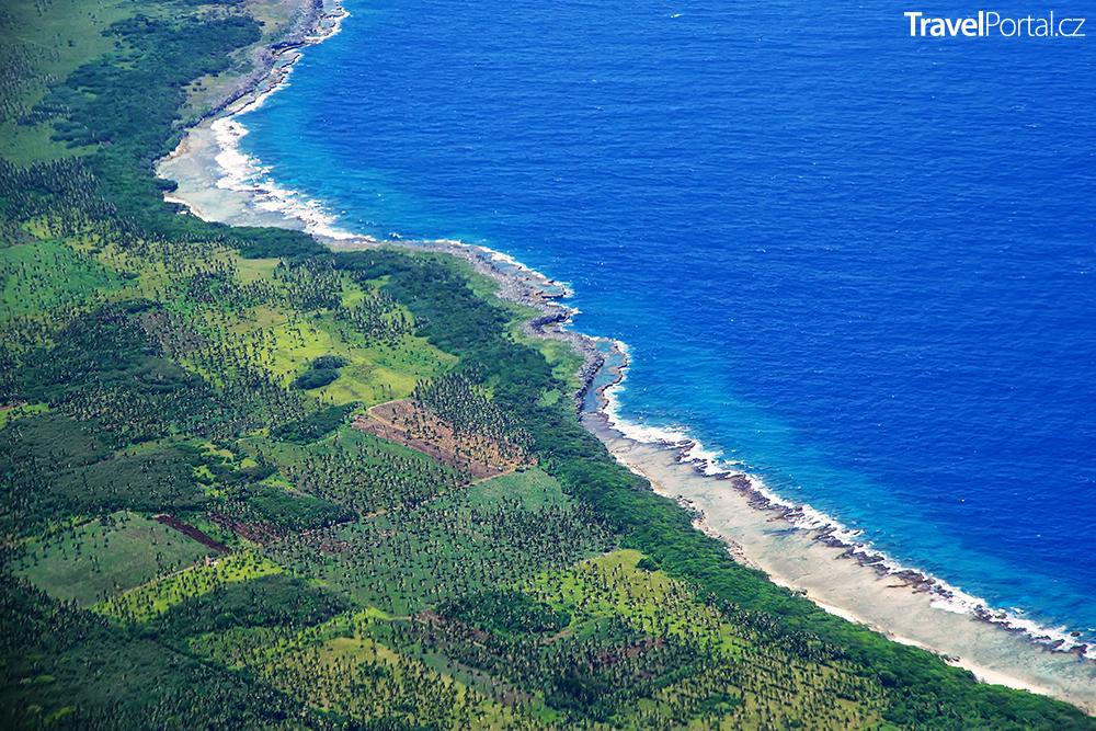 pobřeží ostrova Tongatapu v Království Tonga