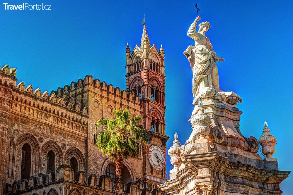 socha před katedrálou