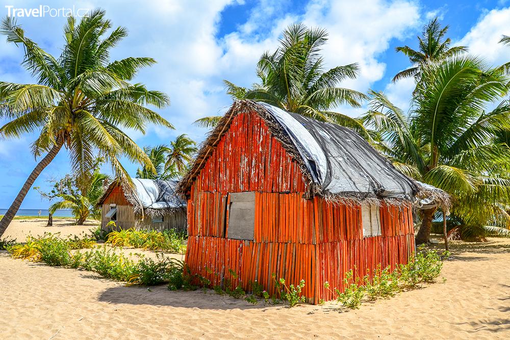 tradiční dům na pláži na ostrově Uoleva v Království Tonga