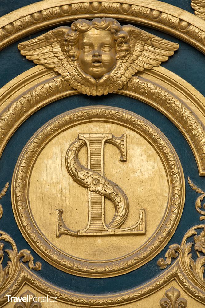 heraldické motivy na dveřích