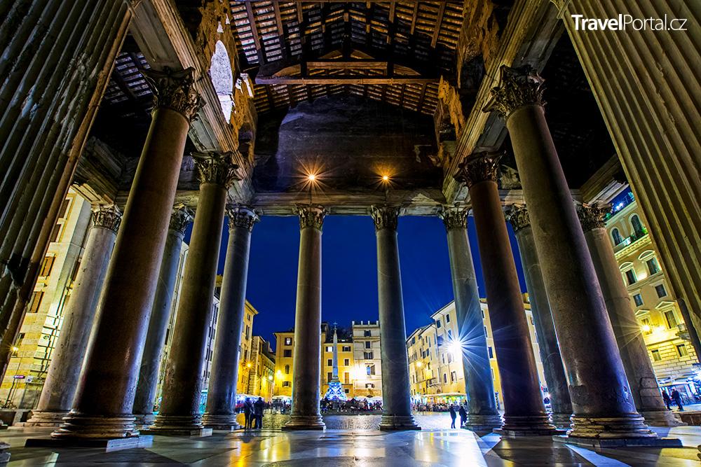 Pantheon, jeho korintské sloupy a výhled na náměstí Piazza della Rotonda