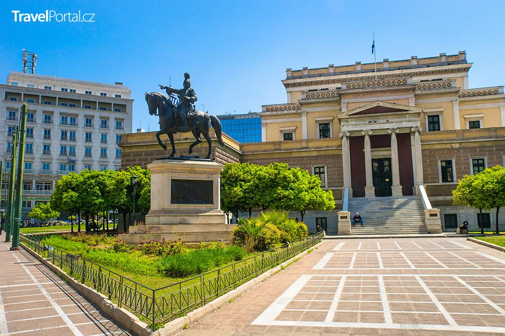 bronzová socha Theodora Kolokotronise před budovou bývalého parlamentu