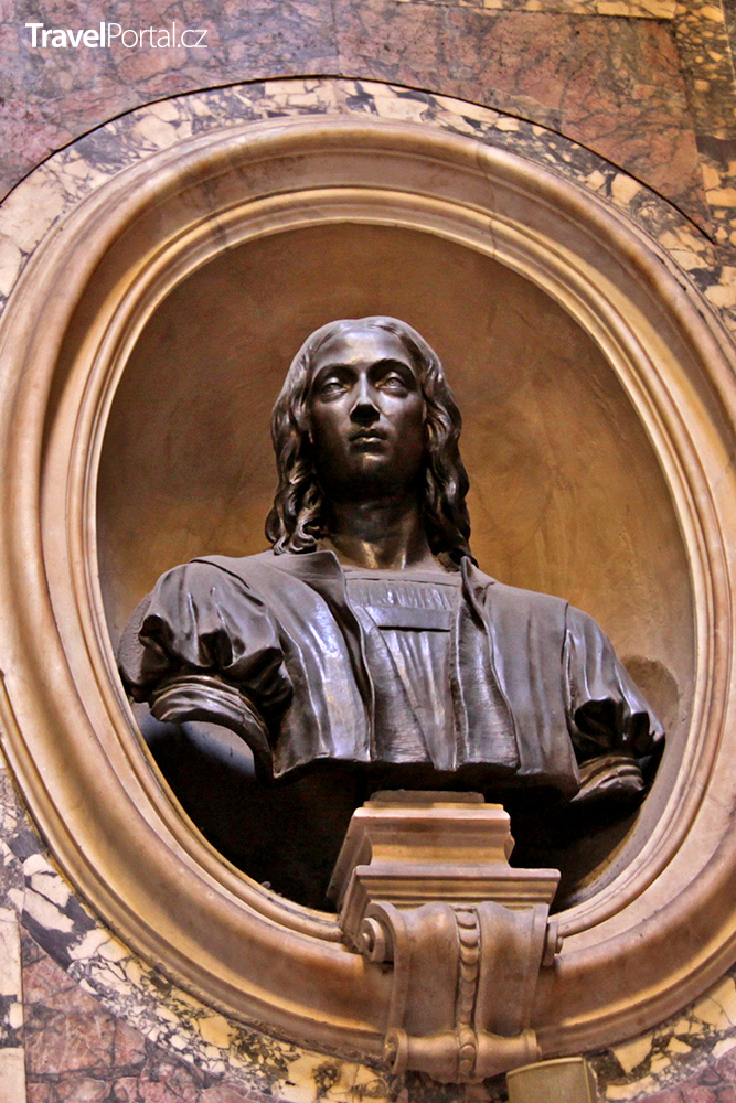 busta malíře Raffael Santiho uvnitř římského Pantheonu
