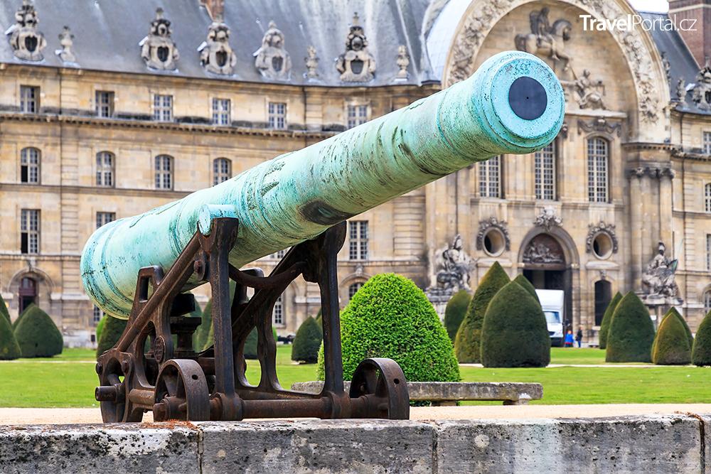 starověké dělo v areálu pařížské Invalidovny