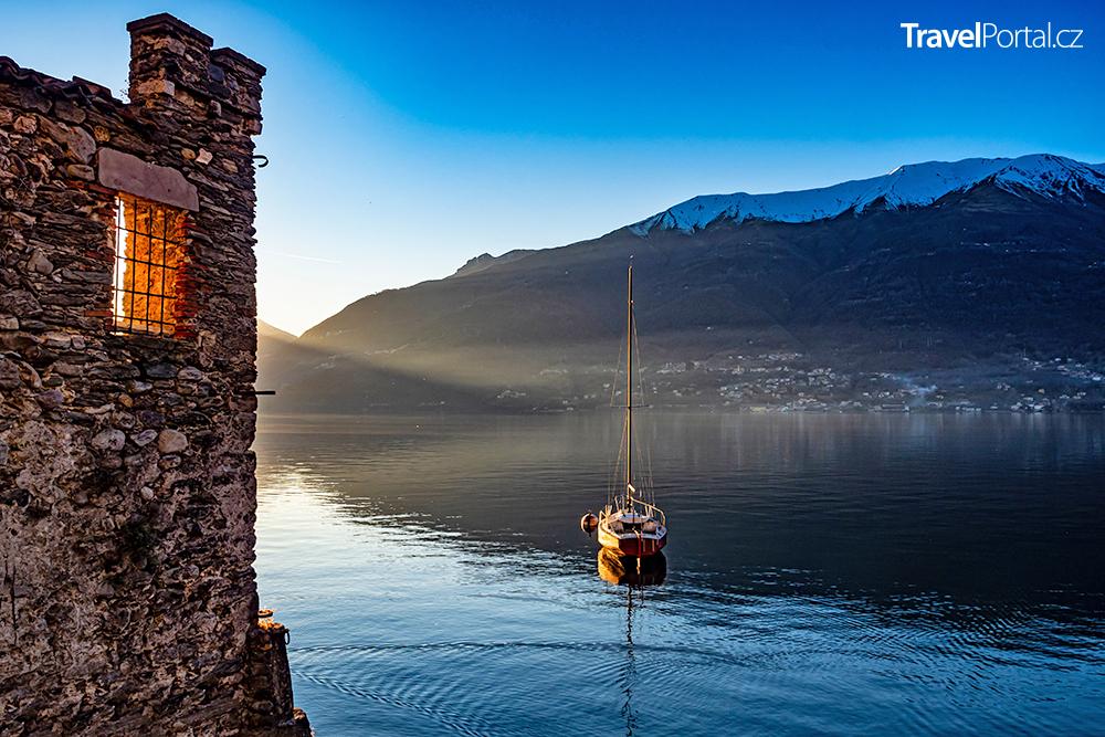výhled na Lago di Como z vesnice Corenno Plinio