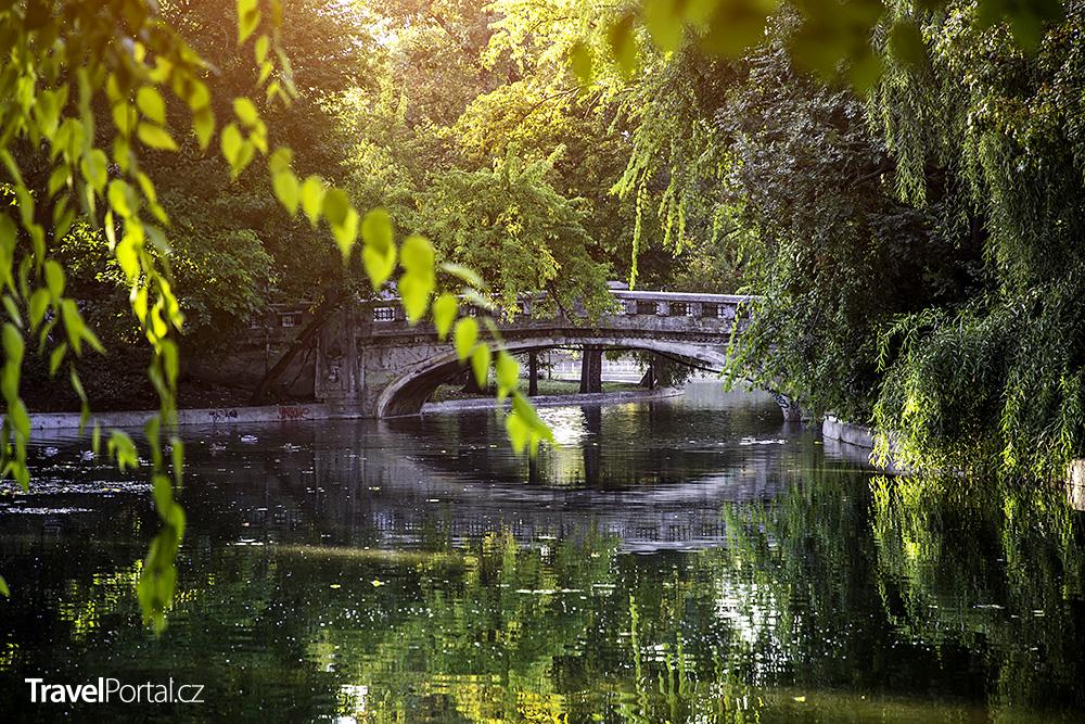 jezero a most v parku Cismigiu
