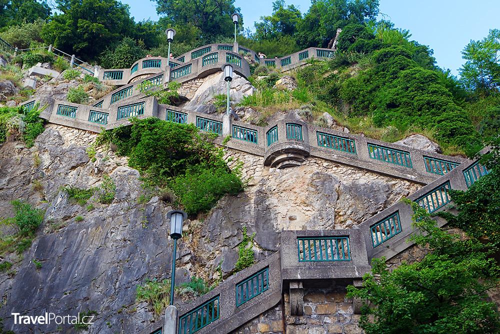 schody vedoucí na Schlossberg